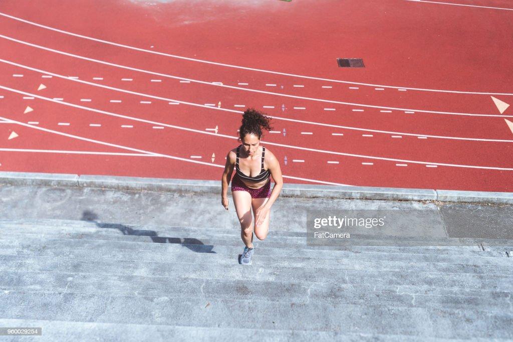 Sportlerin überqueren Züge auf Stadion-Treppe : Stock-Foto