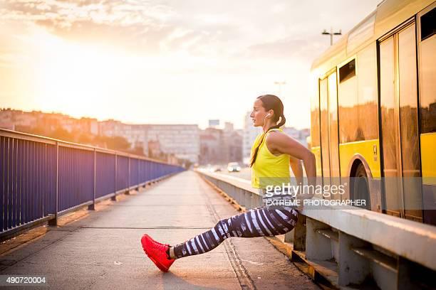 Sportlerin Ausübung auf Brücke