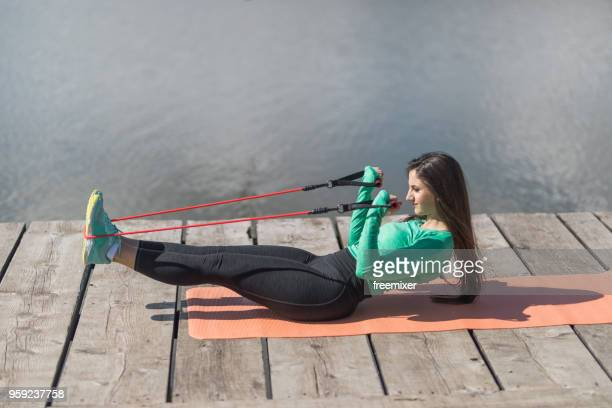 sportlerin ausübung - gummihose stock-fotos und bilder