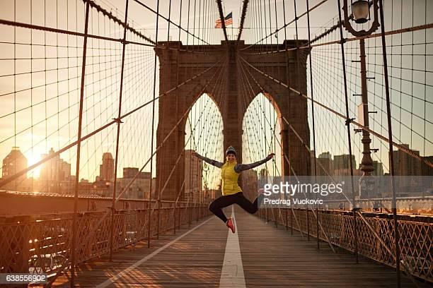 atleta femenina saltando en el puente - puente de brooklyn fotografías e imágenes de stock