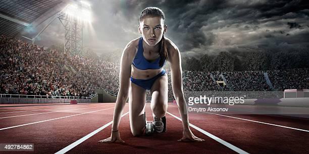 Mujer atleta prepara para ejecutar