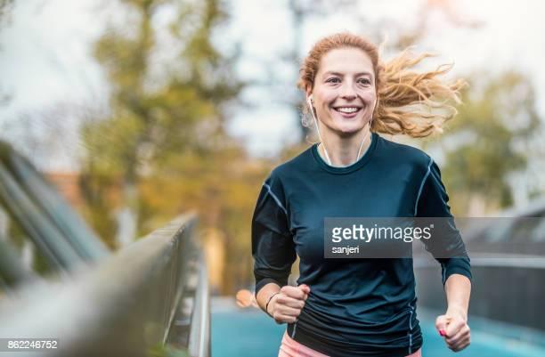 屋外でのランニングの女性選手