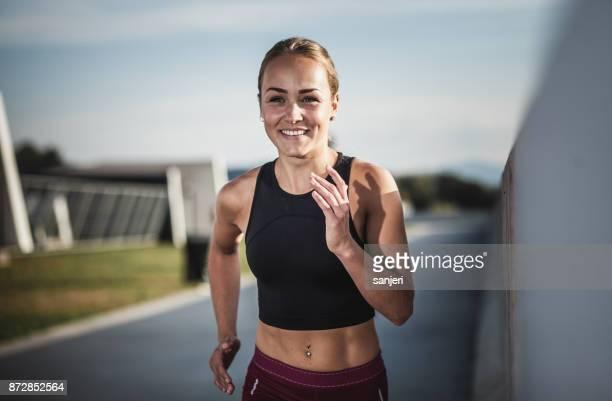 sportlerin laufen im freien - sportlerin stock-fotos und bilder