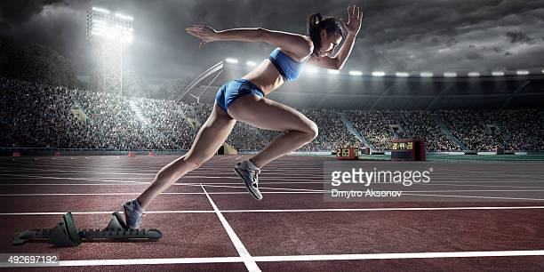 mujer atleta esprint - rush fútbol americano fotografías e imágenes de stock