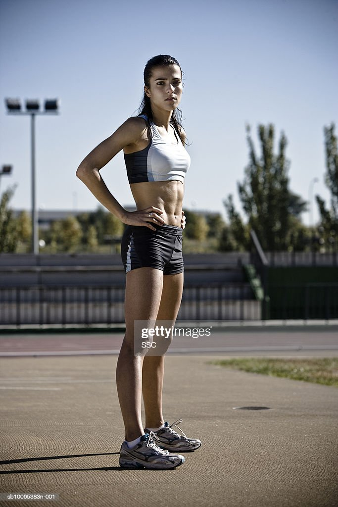 Female athlete standing with hand on hip : Foto stock