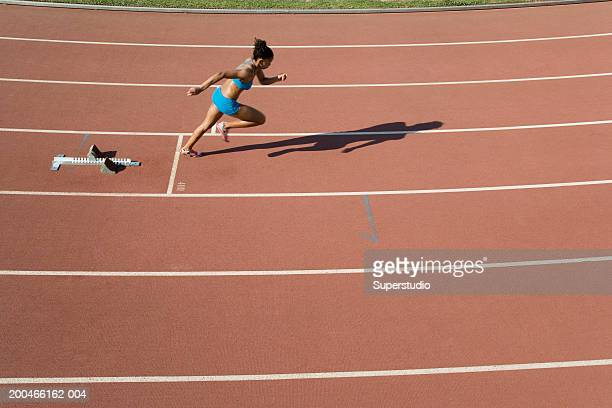female athlete starting race, side view, elevated view - women's track stock pictures, royalty-free photos & images