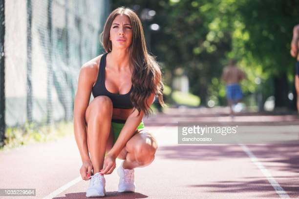 Course à pied et athlète féminine streching