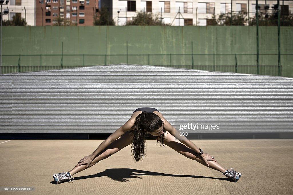 Female athlete stretching in stadium : Foto stock