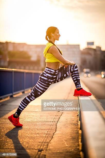 Femme athlète Étirer le matin
