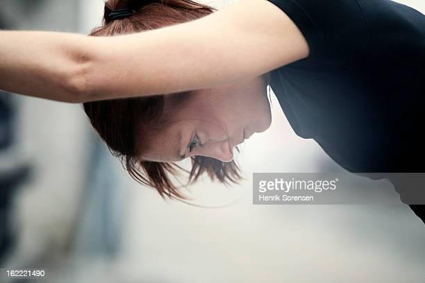 female athlete stretching - uithoudingsvermogen stockfoto's en -beelden