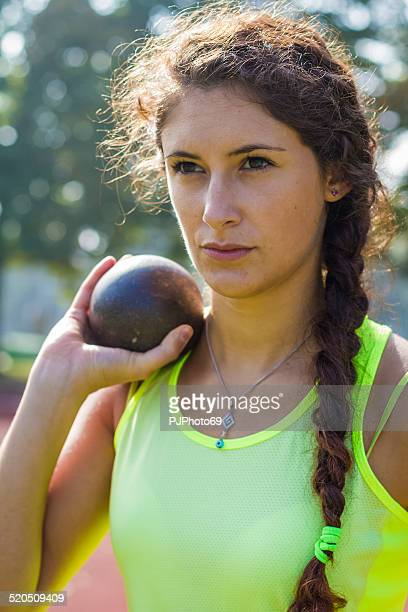 mujer atleta tirando trowing peso - pjphoto69 fotografías e imágenes de stock