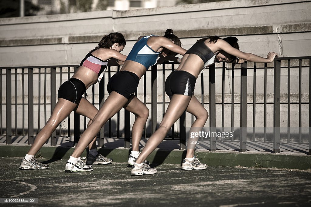 Female athletes stretching in stadium : Foto stock
