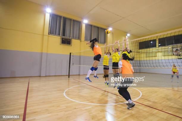 feminino-ataque e defesa no voleibol - feminidade - fotografias e filmes do acervo
