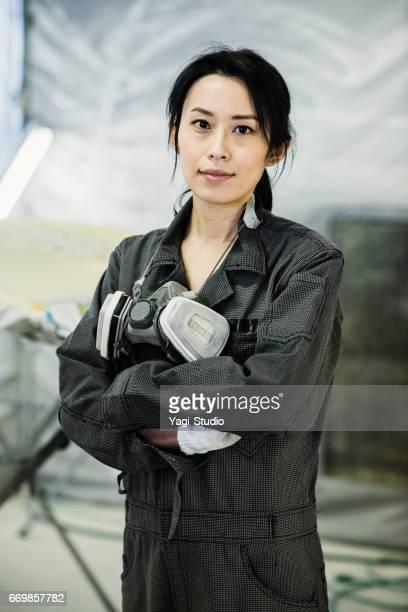 自動車修理工場の女性自動車技術者 - 作業着 ストックフォトと画像
