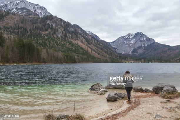Vrouwelijke backpacker staande op de oever van het meer van een Langbathsee