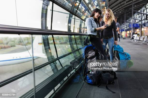 female backpackers at airport - travel stock-fotos und bilder