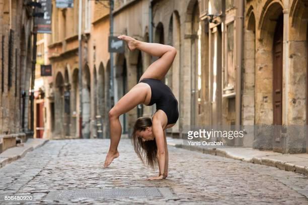 female ballet dancer dancing in lyon, france - split acrobatiek stockfoto's en -beelden