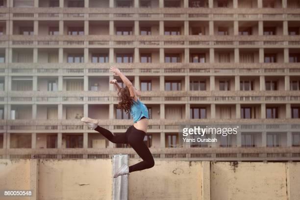 female ballet dancer dancing on a rooftop in lyon, france - split acrobatiek stockfoto's en -beelden