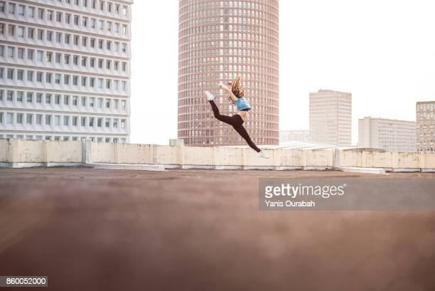 female ballet dancer dancing on a rooftop in lyon, france - arts culture et spectacles photos et images de collection