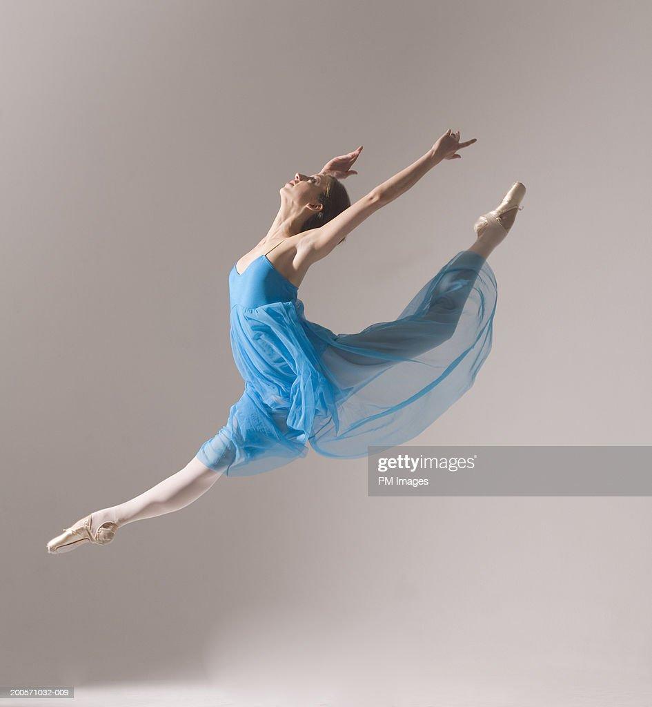 Female ballet dancer jumping in air : Foto de stock