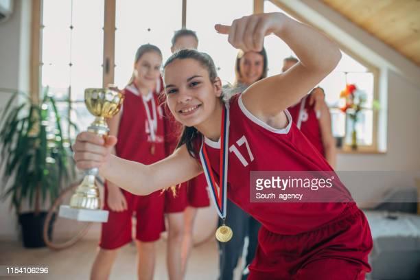 女性バスケットボール選手の祝賀 - メダリスト ストックフォトと画像