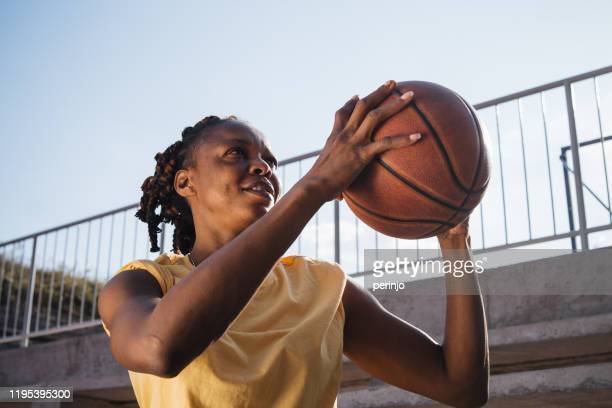 female basketball player dhooting from free throw - shooting baskets stock pictures, royalty-free photos & images