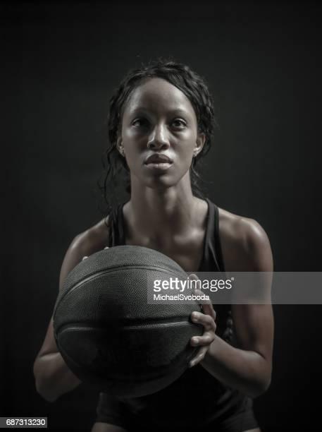 weibliche basketball player - korb werfen stock-fotos und bilder