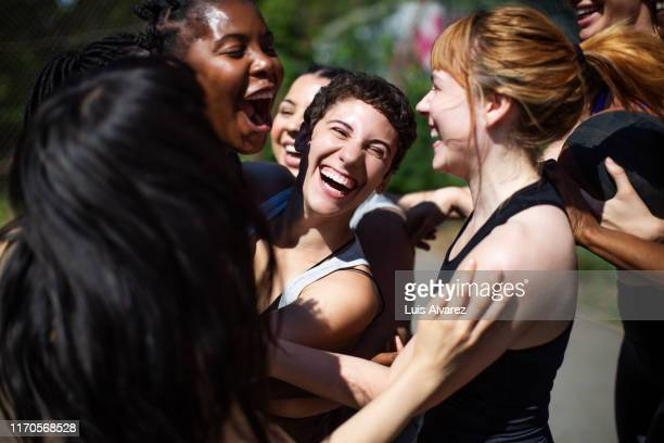 female basketball players celebrating the victory - solidarité photos et images de collection