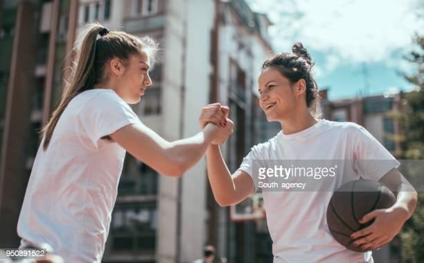 Weiblichen Basketball-Spieler vor dem Spiel Gruß