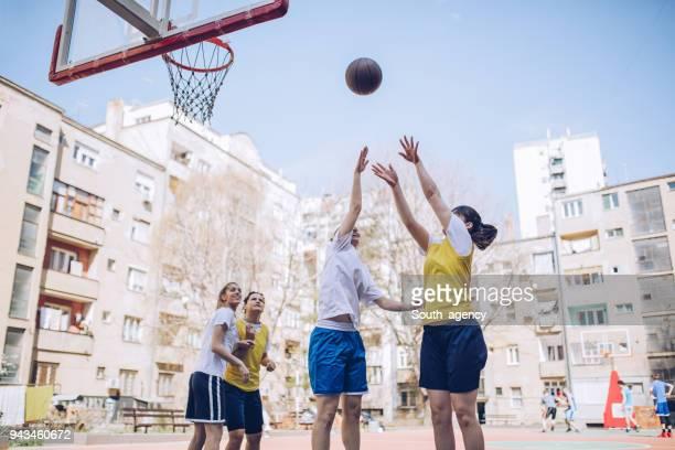 Weiblichen Basketball-Spieler spielen Basketball auf dem Platz