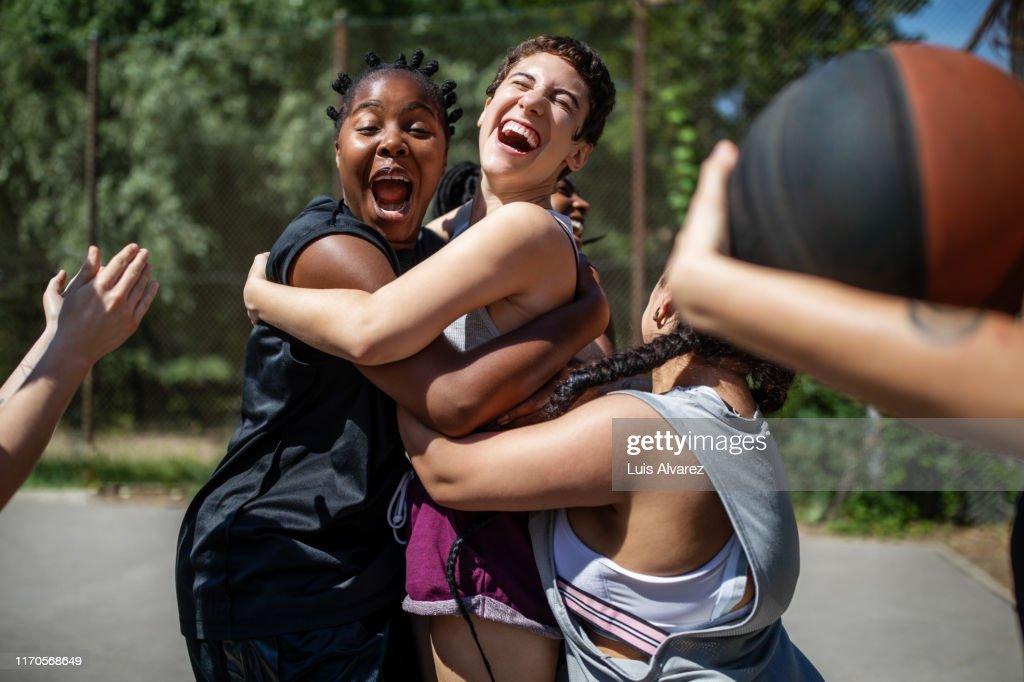 Female basketball team celebrating a victory : Stock-Foto