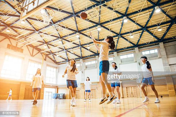 female basketball team playing in japanese high school - basketbal teamsport stockfoto's en -beelden