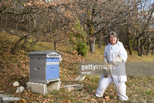 Femme Apiculteur fumeur son ruche nommé'Resolution'