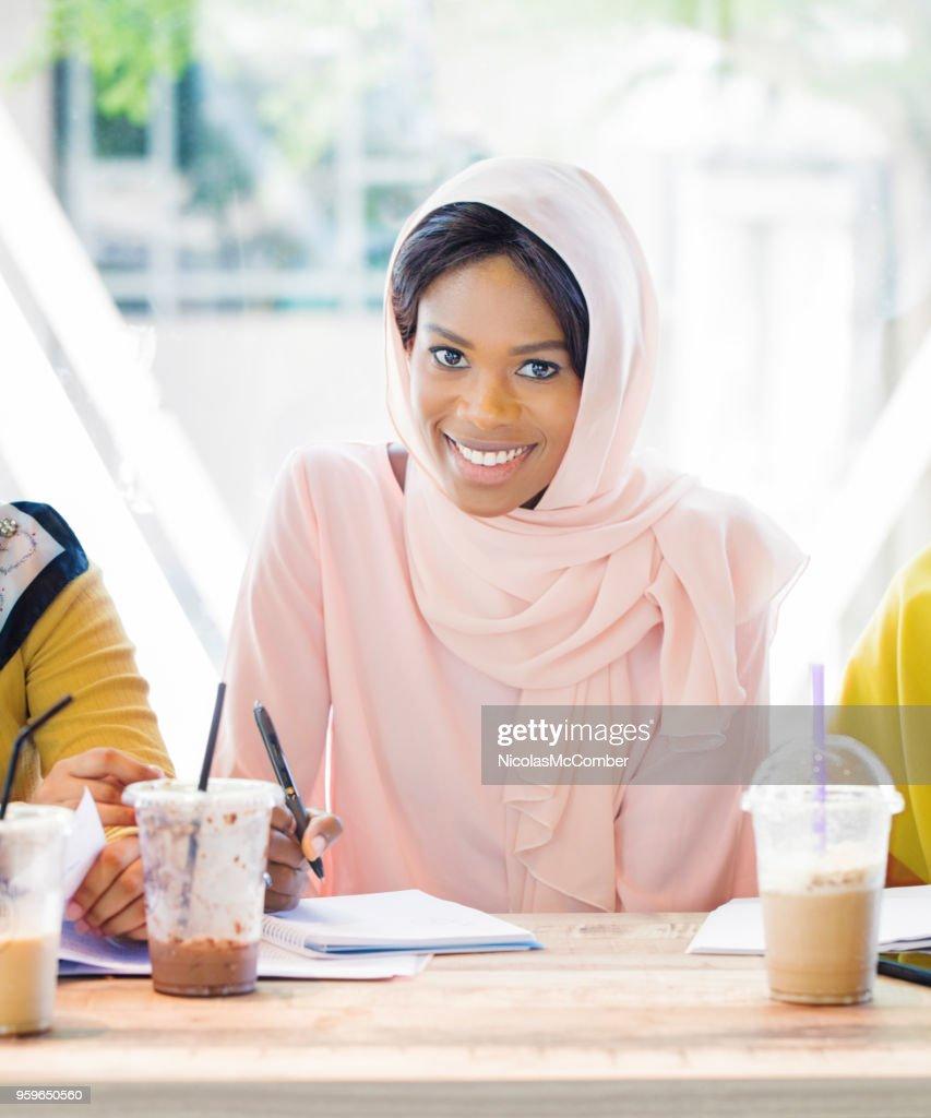 Weibliche schwarze Austauschstudent an der islamischen Universität Porträt tragen hijab : Stock-Foto