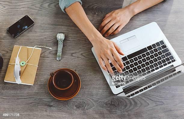 Blogueuse femme écrivant sur ordinateur portable