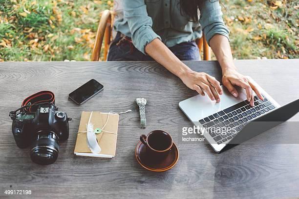 Femmina blogger scrivere sul computer portatile