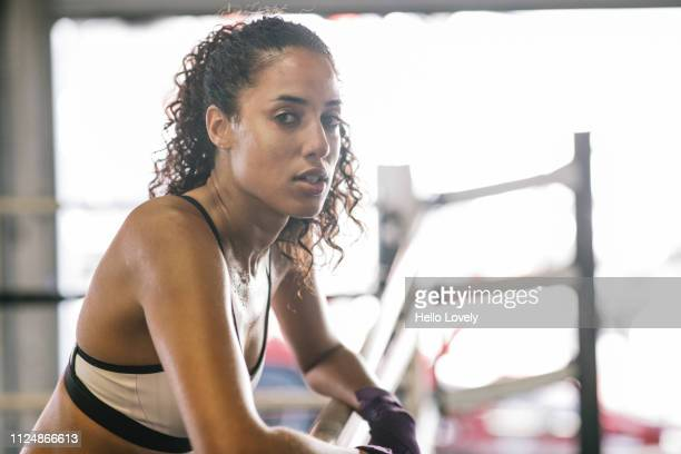 female. boer in boxing ring - atlete stockfoto's en -beelden