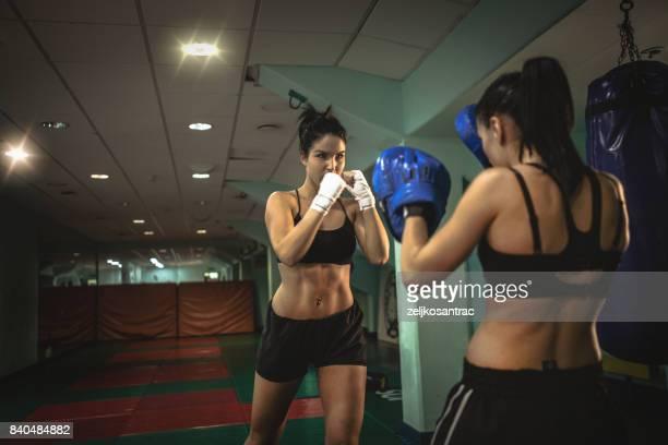 hembra boxeador en formación - defensa propia fotografías e imágenes de stock