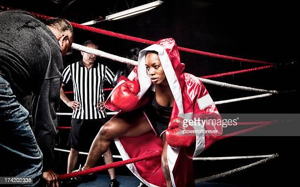 Femme entrant dans le Ring de boxe à la découverte