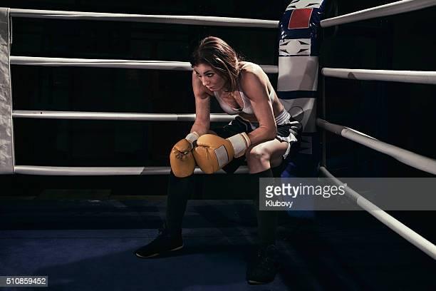 Boxer femelle dans un bague de boxe