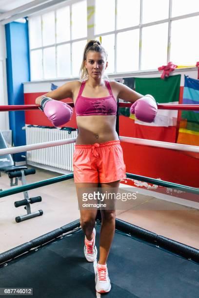 ボクシングリングアングルの女性ボクサー - ボクシングリング ストックフォトと画像