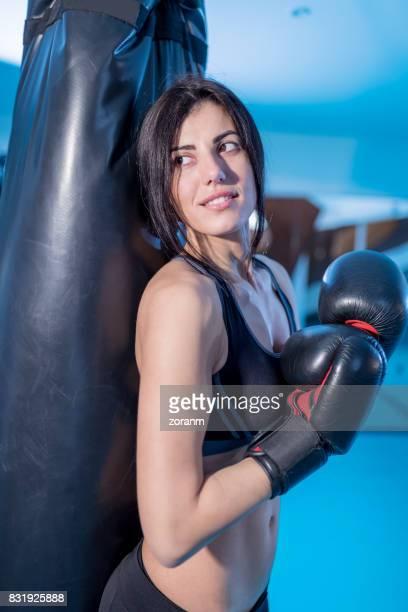 Boxeadora en gimnasio