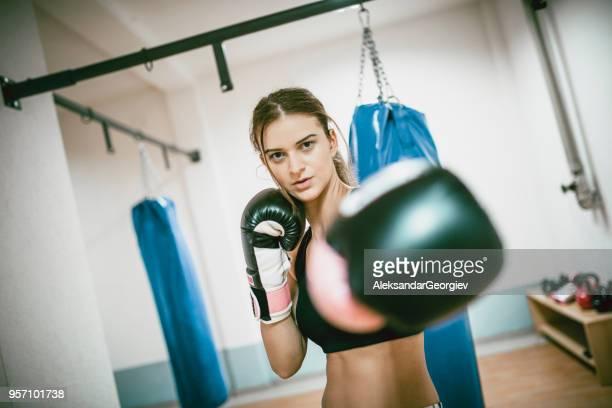 Femelle Boxer posant en garde dans la salle de Gym