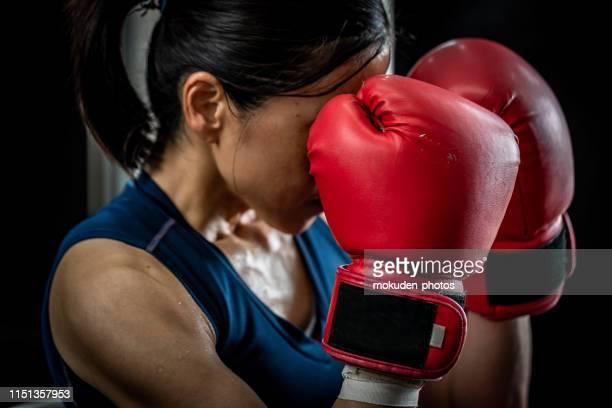 treinamento fêmea do pugilista na ginástica - boxe feminino - fotografias e filmes do acervo