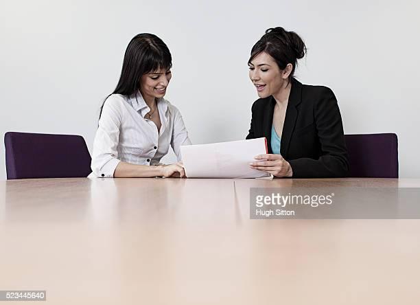 female business colleagues working together in office - hugh sitton fotografías e imágenes de stock