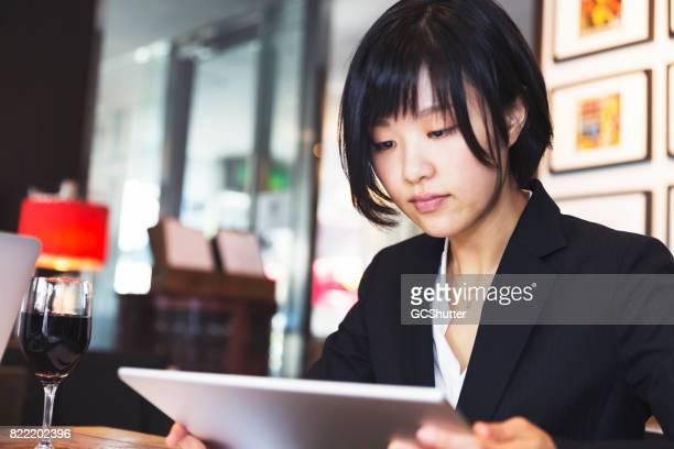 彼女のデジタル タブレットに取り組んでいる女性経営者