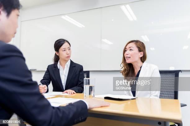潜在的な従業員のインタビューを取って女性経営者