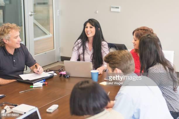 Mujer negocios líder en reunión de equipo