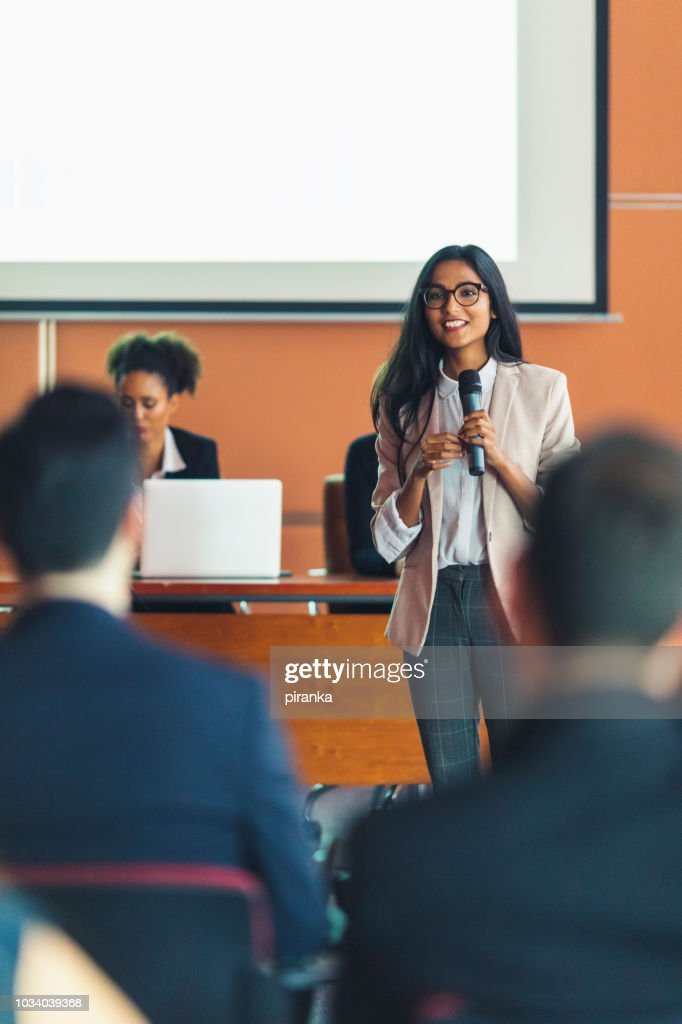 Apresentador de negócios feminino : Foto de stock