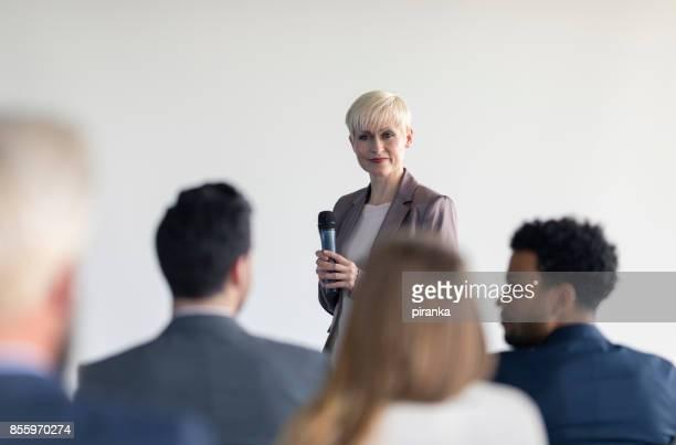 Vrouwelijke business presentator